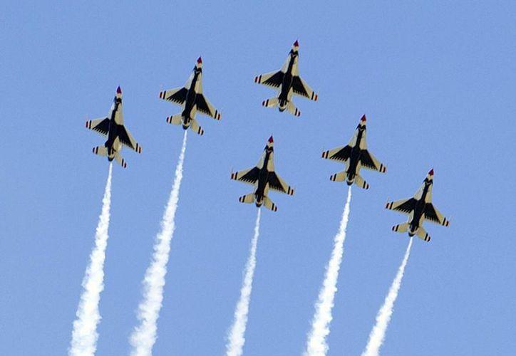 Los aviones Thunderbirds de la Fuerza Aérea de EU vuelan en formación durante la ceremonia de graduación de 2016 de la Academia. Un avión se desplomó en el lugar. (Foto AP / Pablo Martinez Monsivais)
