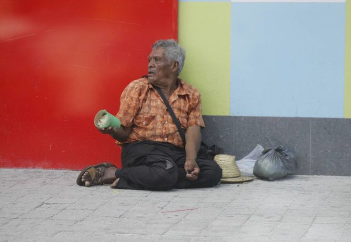 El abandono de un abuelito implica dejarlos solos en sus hogares y que no cuentan con respaldo económico por parte de sus hijos. (Sergio Orozco/SIPSE)