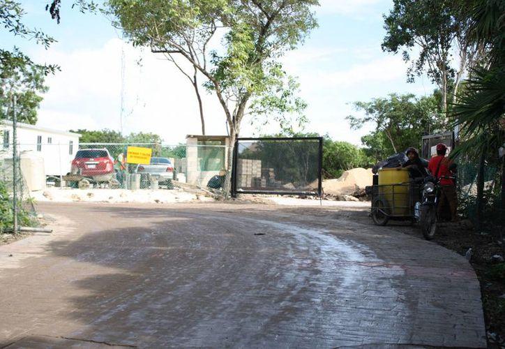 La constructora responsable del hotel Montecarlo H10 limpió el área que había ensuciado con desechos de pet. (Octavio Martínez/SIPSE)