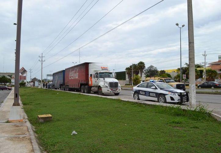 El conductor responsable del incidente se dio a la fuga pero fue detenido en la plaza Centro Maya.  (Redacción/SIPSE)