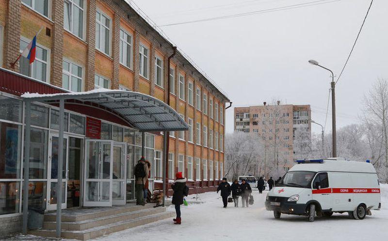 Dos enmascarados acuchillaron a 14 alumnos y una maestra en escuela