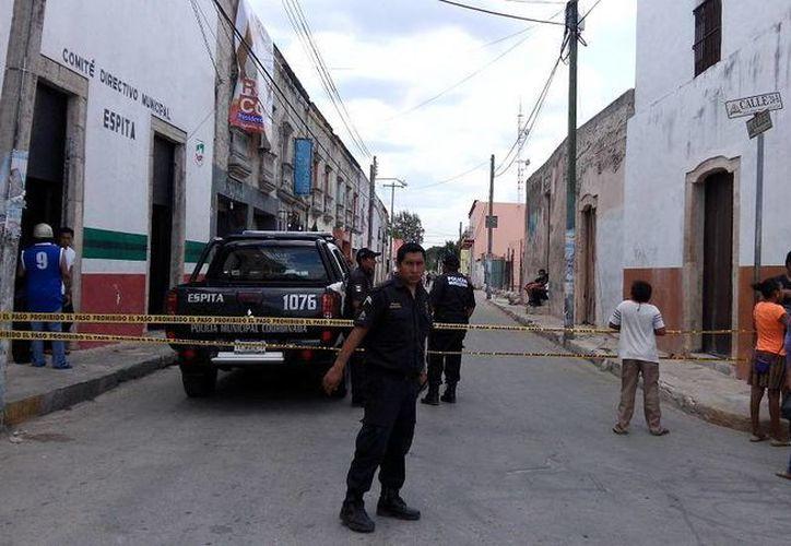 Agentes municipales de Espita cerraron la calle donde fue asesinado un hotelero. (Milenio Novedades)