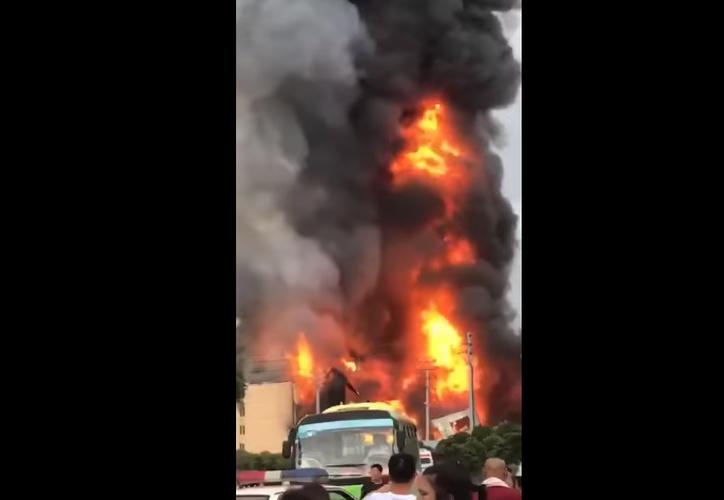 Este domingo se produjo la explosión de una tubería de gas natural en China. (Captura Youtube).