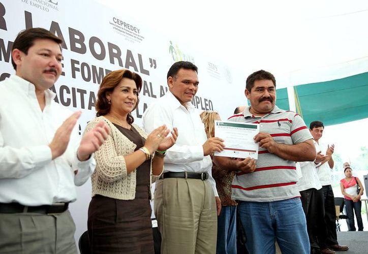 El gobernador Rolando Zapata en una entrega de apoyos que encabezó este miércoles. (SIPSE)