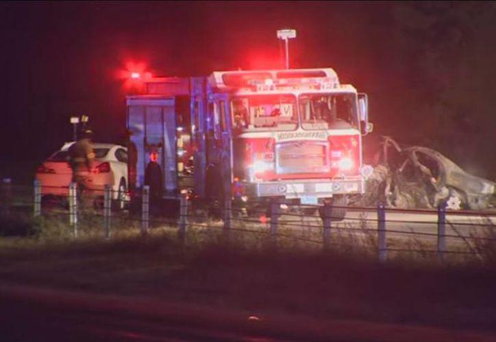 Imagen de los paramédicos que llegaron al lugar del accidente, el cual dejó cinco muertos. (Captura de pantalla de video de AP)