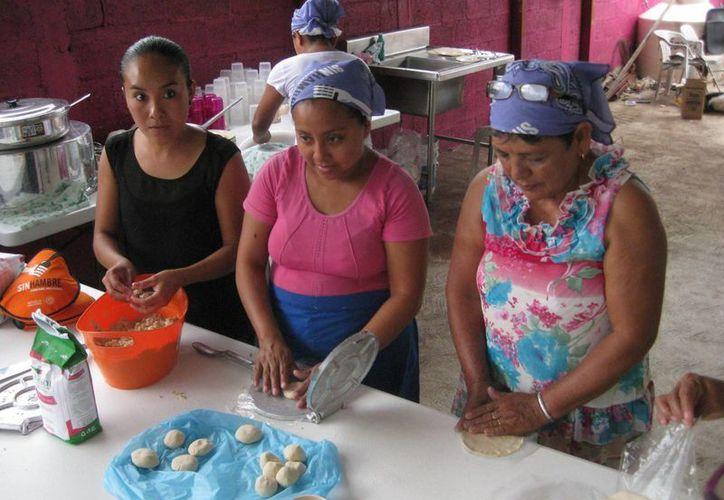 Los comedores son atendidos por grupos de beneficiarios. (Javier Ortiz/SIPSE)