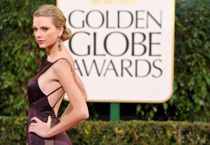 Impresionante escote fue el que lució Taylor Swift en los Globos de Oro. (Agencias)