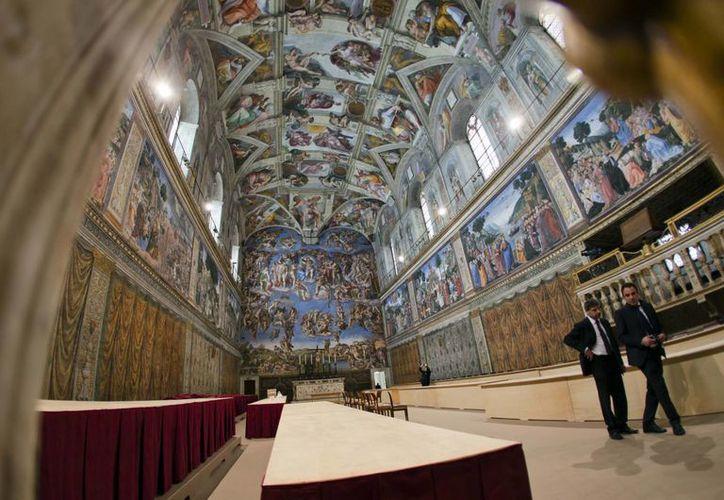 La Capilla Sixtina ya es acondicionada para recibir a los cardenales que elegirán al Papa. (Agencias)