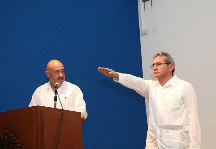 Toma protesta el nuevo director de la Facultad de Economía de la Uady, Luis Alberto Araujo Andrade para el periodo 2017-2021. (Foto cortesía del Gobierno estatal)