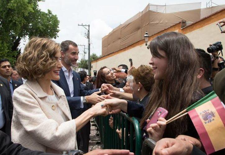 Felipe VI y Letizia recorrieron algunas calles de Guadalupe, Zacatecas, donde decenas de personas esperaron horas para saludarlos. (Presidencia)