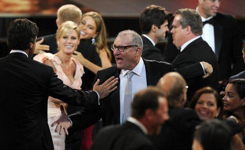 Los actores de 'Modern Family' reaccionan al ganar la serie el premio Emmy a la mejor comedia. (Agencias)
