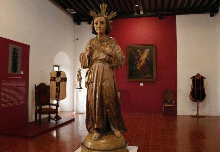 La pieza más antigua, una imagen de Santa Ana, tallada en madera, que data de 1750. (Fotos: José Acosta/Milenio Novedades)