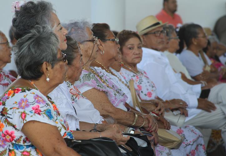 Personas mayores de 65 años son las que pueden obtener la ayuda económica de parte del gobierno federal. (Joel Zamora/SIPSE)