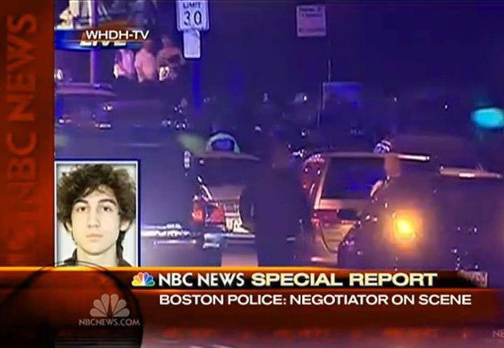 Agentes de la policía y el FBI rodearon al sospechoso en un área residencial de Watertown. (Foto: NBC)