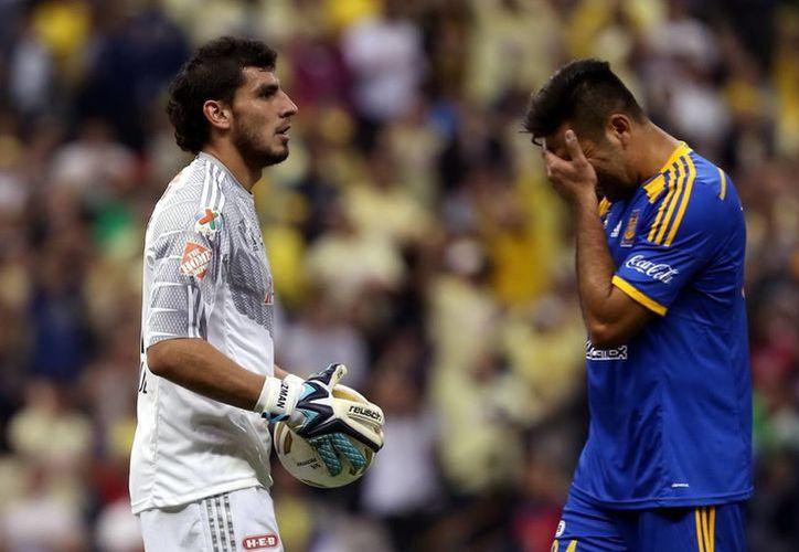 Nahuel Guzmán (i), portero de Tigres de la UANL, se perderá el primer partido de la próxima temporada ya que recibió una segunda tarjeta amarilla en el partido de la final de vuelta contra América. (Foto: Notimex)