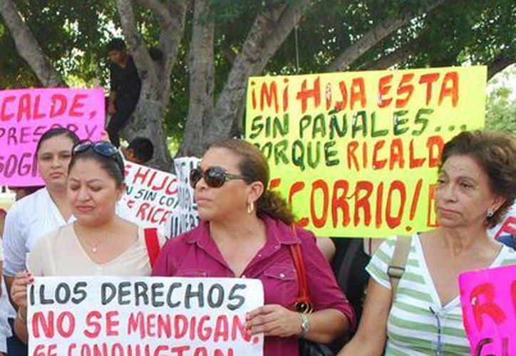 Consignas durante una manifestación frente al palacio municipal. (Tomás Álvarez/SIPSE)