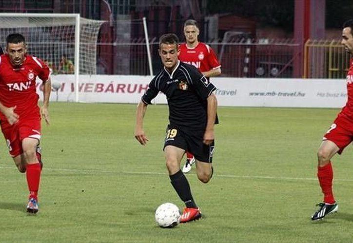 El Honved (centro) fue uno de los tres clubes sancionados por actos racistas de sus aficionados. Filip Holender conduce el balón. (uefa.com)