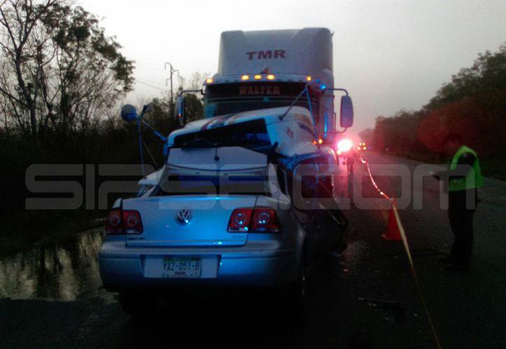 El vehículo particular se impactó frente a un tráiler. (SIPSE)
