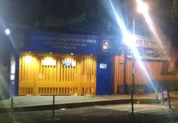 El CCH Naucalpan permanece cerrado y en sus entradas hay barricadas con sillas y mesas. (Alejandro González/Milenio)