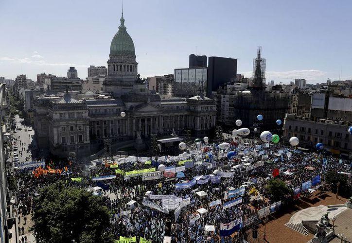 Miles de argentinos se manifestaron a las puertas del Congreso para exigir la apronación de una ley de Emergencia Social y Alimentaria. (AP/Natacha Pisarenko)