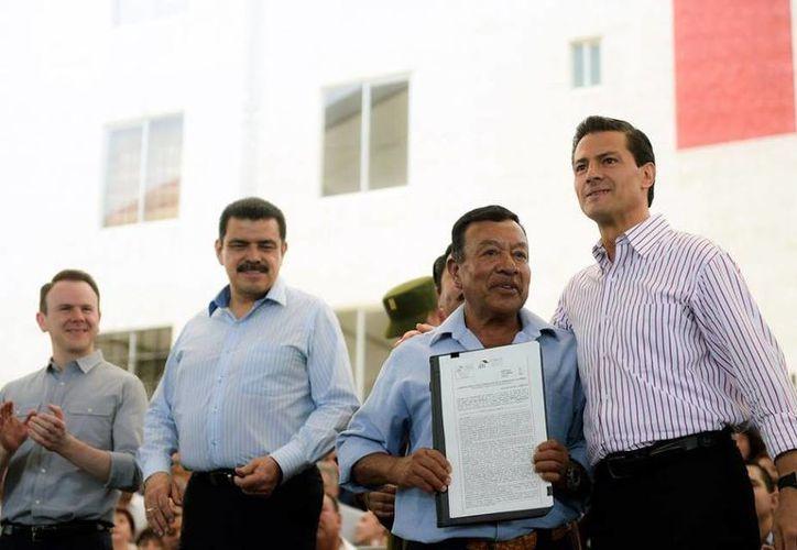 Peña Nieto entregó escrituras de viviendas en el Fraccionamiento Paseos de Chavarría, en el estado de Hidalgo. (Presidencia)