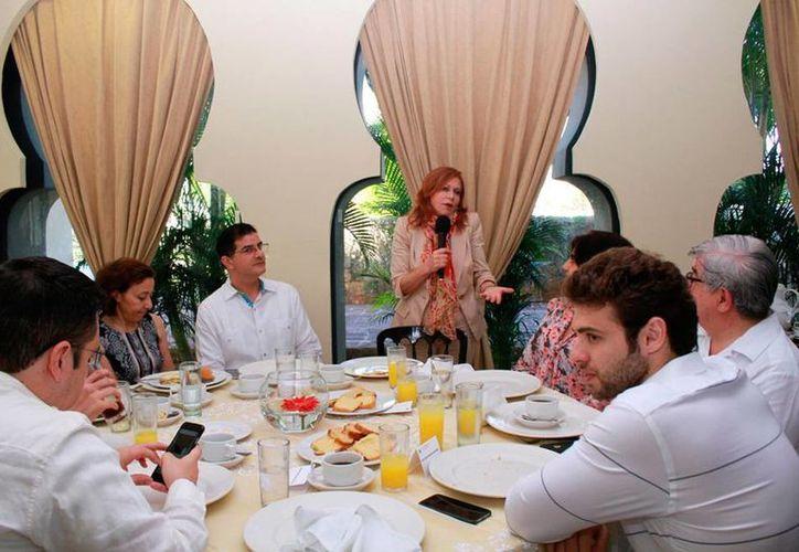 La periodista Valentina Alazraki compartió los alimentos y habló de sus anécdotas con los 5 Papas que le ha tocado 'cubrir' como periodista, durante un encuentro con la comunidad de ascendencia libanesa en Yucatán. (Cecilia Ricárdez/SIPSE)