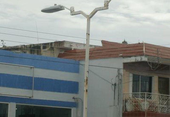 Líneas oxidadas generan entre 10 y 15 luminarias apagadas en el primer y segundo cuadro de la capital. (Harold Alcocer/SIPSE)
