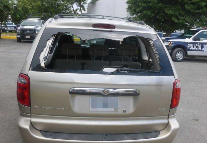 La mujer asegura que su vecino rompió los cristales de su camioneta. (Redacción/SIPSE)