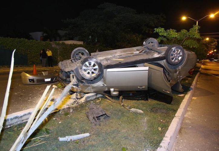 El conductor de un vehículo se pasó un alto y embistió a un auto compacto que, por el impulso, subió al camellón central, en el fraccionamiento La Floridad, en Mérida. (Martín González/SIPSE)