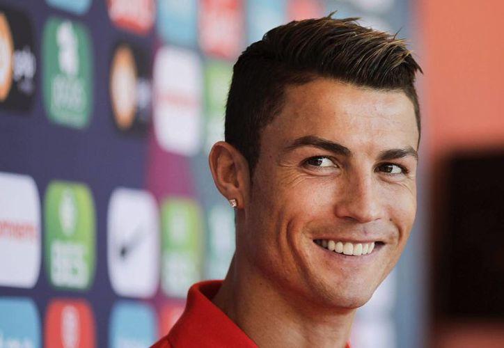 Cristiano Ronaldo sonríe en una rueda de prensa ofrecida en el hotel Praia d' El Rey de Óbidos (Portugal). (EFE/Archivo)
