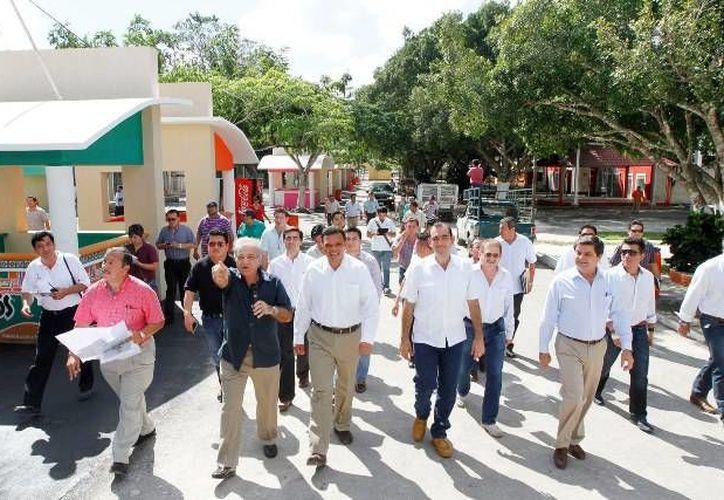 Ayer, el gobernador Rolando Zapata recorrió el recinto de la Feria Yucatán en Xmatkuil. (Cortesía)