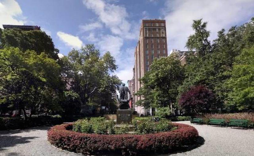 Gramercy Park se ganó fama de ser uno de los lugares más exclusivos gracias al hecho de que solo quien vive dentro de sus rejas tiene acceso al parque.(Shawn Christopher/Google Maps)