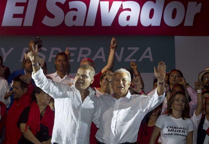 El candidato presidencial  Salvador Sánchez Cerén, del gobernante Frente Farabundo Martí para la Liberación Nacional (FMLN) acompañado a la derecha de el candidato a la vicepresidencia Oscar Ortiz en un mitín. (Agencias)