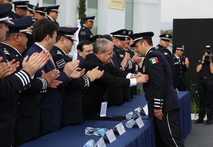 El titular de la Comisión Nacional de Seguridad (CNS), Monte Alejandro Rubido García, encabezó la entrega de reconocimientos y estímulos a policías federales. (Notimex)