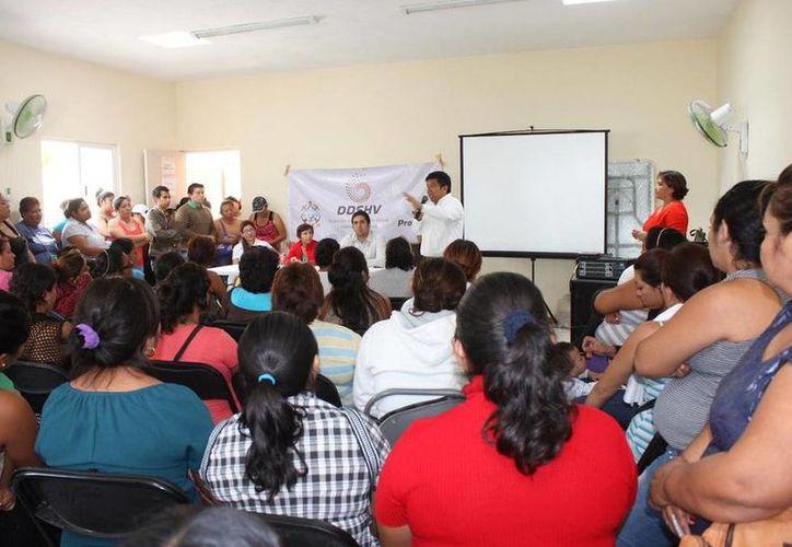 Familias de Flamboyanes recibieron información sobre el programa de  autoconstrucción del IVEY. (twitter.com/Vivienda_Yuc)