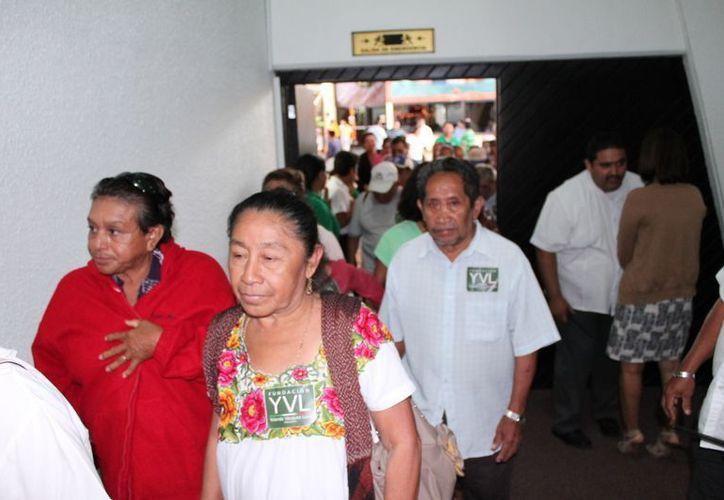 Los pensionados han dado vueltas en vano a las oficinas del Issste y no han podido recibir su dinero. (Francisco Sansores/SIPSE)
