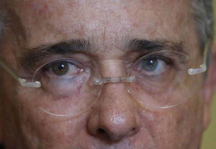 Santiago, hermano menor del ex presidente colombiano Alvaro Uribe Vélez, está acusado de auspiciar en los años 90 la creación de grupos paramilitares al noroeste de ese país. (AP/archivo)