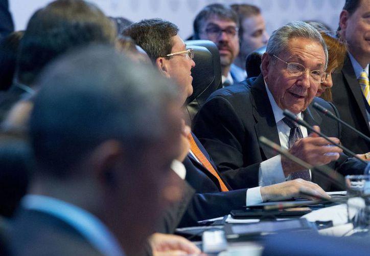 El presidente Raúl Castro mira hacia el mandatario estadounidense, Barack Obama al hablar ante los líderes mundiales durante la sesión plenaria de apertura de la Cumbre de las Américas. (Agencias)