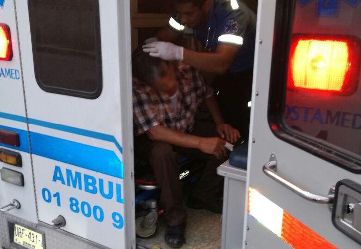 El hombre fue atendido por paramédicos debido a que su dedo no dejaba de sangrar. (Foto:  Redacción)
