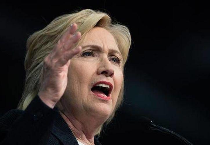 Cubanos confían en que Hillary Clinton logre conseguir la victoria en las próximas elecciones estadounideses, y que esto ayude al actual proceso de deshielo entre ambas naciones. (Archivo/ AP)