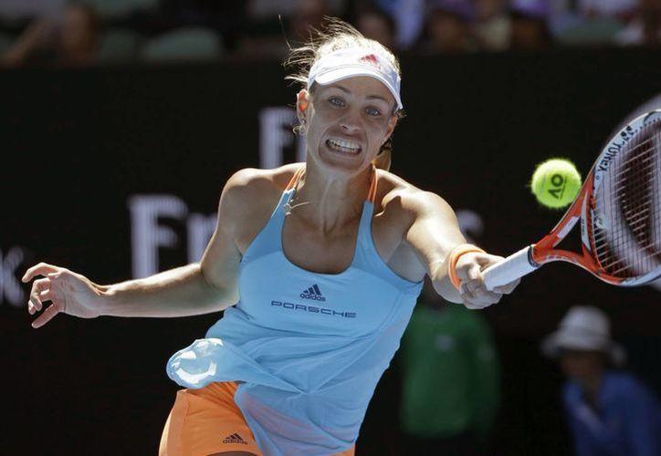 Angelique Kerber, primera rankeada en el Abierto de Australia, avanzó a octavos de final. (AP)