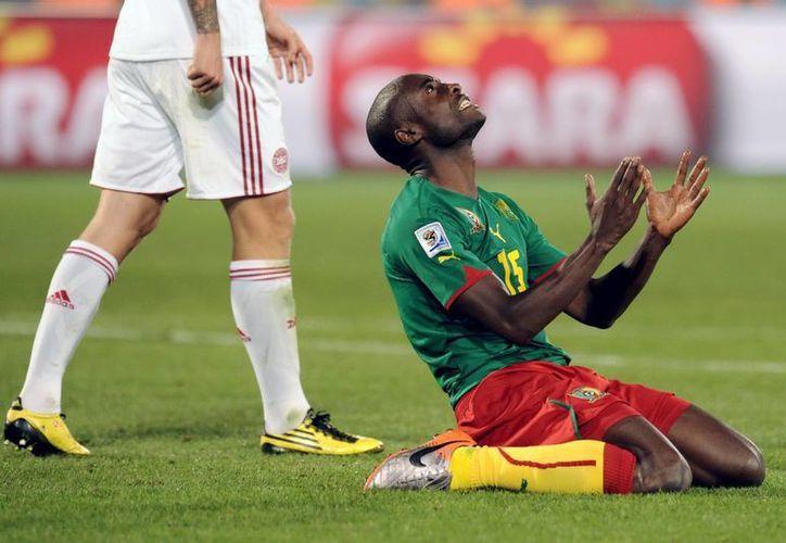 Pierre Webo tuvo una notable participación en la eliminatoria africana y contribuyo notablemente para que su equipo califique a Brasil 2014. En la imagen el jugador agradece después conseguir el pase al Mundial. (EFE/Archivo)