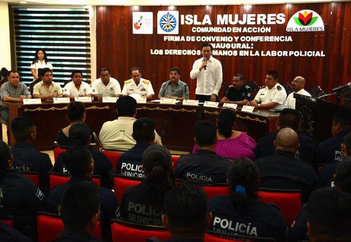 Los policías participaron en una conferencia. (Redacción/SIPSE)