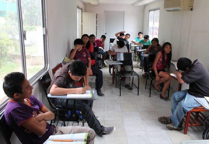 La SEyC indicó que dotó a la telesecundaria del aula móvil mientras construye un salón de clases para los estudiantes.  (Rossy López/SIPSE)