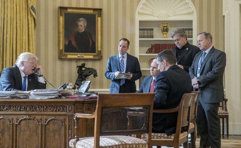 Donald Trump se comunicó con Vladimir Putin desde la Oficina Oval, en la Casa Blanca. (AP/Andrew Harnik)