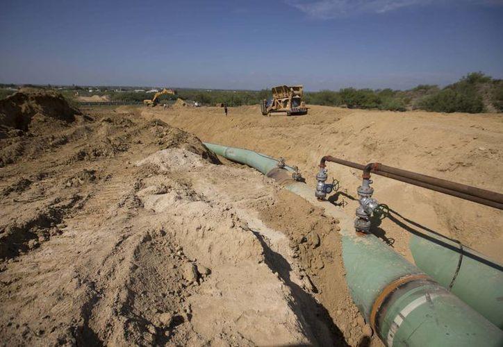 Nuevos oleoductos que transportarán gas de Texas a México, hasta llegar en algún momento a la ciudad de Guanajuato, son colocados bajo tierra cerca de General Bravo, en el estado de Nuevo León, México. (Agencias)