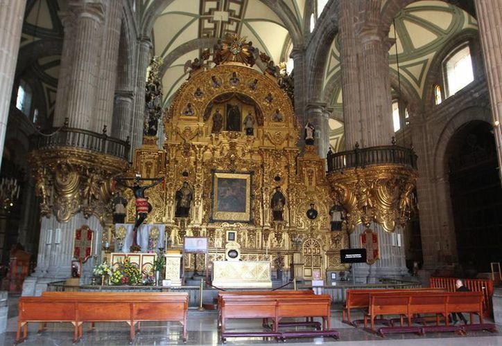Altar mayor de la Catedral Metropolitana, inmueble al que urge darle mantenimiento ya que presenta indicios de humedad y malas condiciones. (Fotos: Gustavo Durán/Notimex)