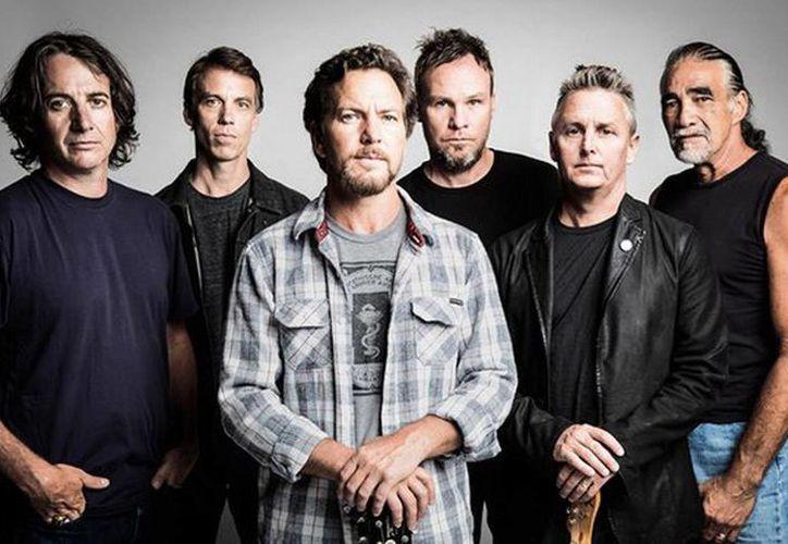 El vocalista de Pearl Jam, Eddie Vedder detuvo abruptamente un concierto para evitar que un hombre maltratara a una mujer. (excelsior.com.mx)