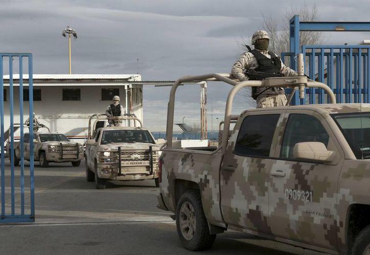 Un convoy de militares ingresa al aeropuerto de Ciudad Juárez, Chihuahua, previo a la extradición de Joaquín 'El Chapo' Guzmán, a Estados Unidos, el jueves 19 de enero de 2017. (AP Photo/Christian Torres)