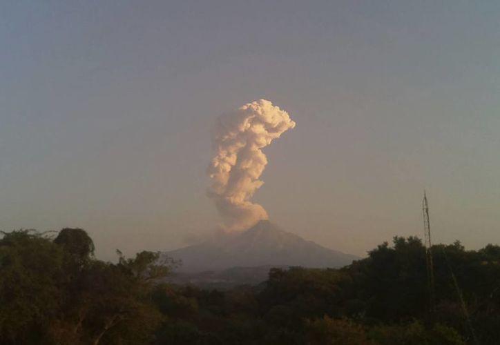 Una larga columna de humo se observa salir del cráter del Volcán de Fuego de Colima, este 24 de diciembre de 2016. (AP/Dario Lopez-Mills)
